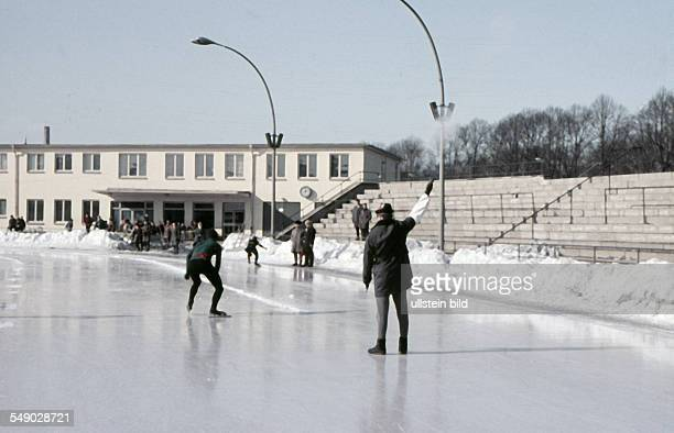 about 1971 Ice speed skating The start