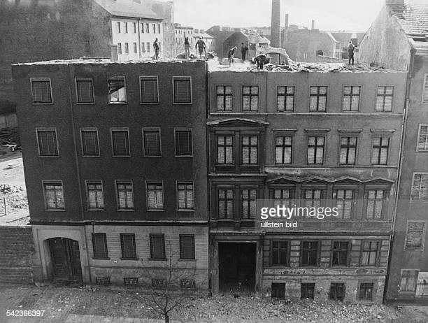 Germany / GDR Berlin Bernauer Strasse Demolition of houses at the border 1965