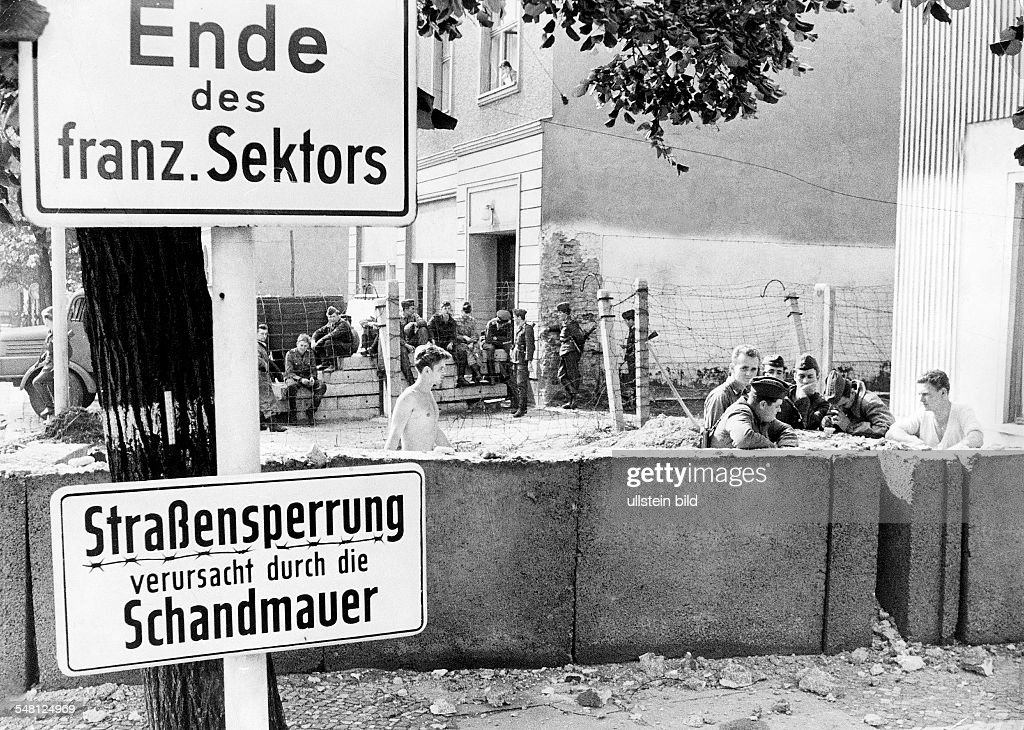 Germany / GDR, Berlin: East-German policemen moving the wall at Bernauer Strasse. 1973 : News Photo