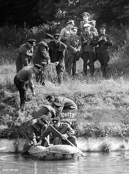 Germany / GDR Berlin EastGerman policemen searching for a refugee who was shot by a Vopo and drunk in the Teltowkanal Soviet soldiers follow the...