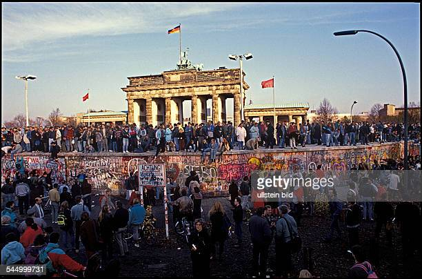 Germany , GDR, Berlin :Fall of the Berlin Wall : The situation at the Brandenburg Gate -