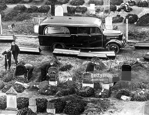 Germany / GDR Berlin On the Sophienfriedhof at Bernauer Strasse some tombs have to be moved due to the extension of the wall 1967