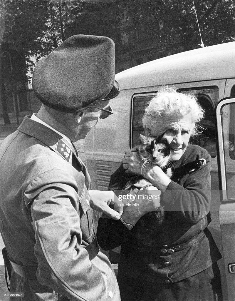 Germany / GDR, Berlin. Refugee Frieda Schulze jumped out of the window from the 1rst floor to West-Berlin. Bernauer Strasse 1961 : News Photo