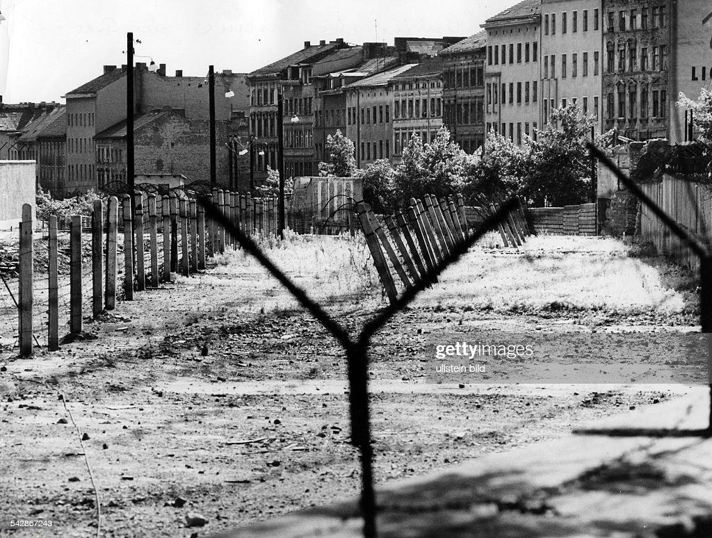 Germany / GDR, Berlin. The border at Bernauer Strasse. 1967 : News Photo