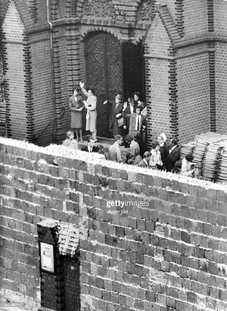 "Germany / GDR, Berlin. The wall in front of the ""Versoehnungskirche"" (church). Bernauer Strasse. 1961 : Foto jornalística"