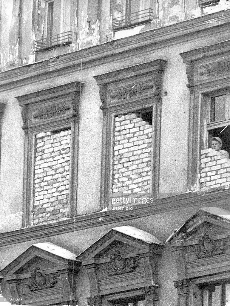 Germany / GDR; Berlin. Walled up windows at Bernauer Strasse. 1961 : Foto jornalística
