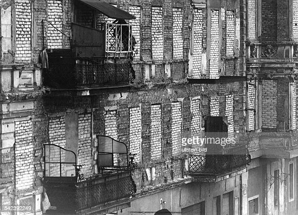 Germany / GDR Berlin Walled up windows in EastBerlin at the border Bernauer Strasse 1961 / 1962
