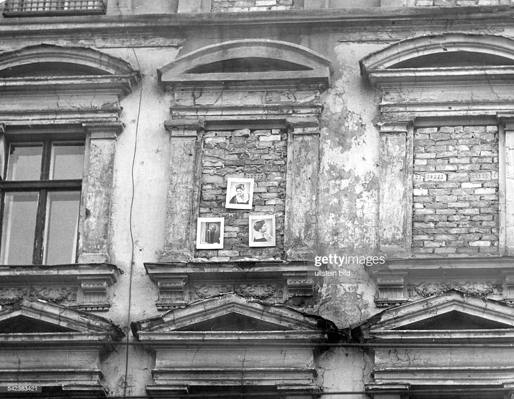 Germany / GDR, Berlin. Walled up windows in house next to the wall at Bernauer Strasse - 1962 : Foto jornalística