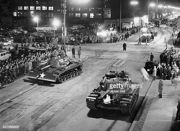 Germany / GDR Construction of the Berlin wall US tanks and soviet tanks at the border crossing Friedrich Strasse / Zimmerstrasse