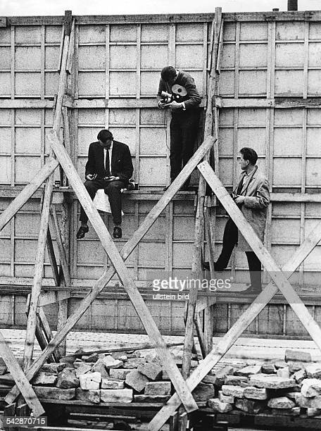 Germany / GDR the building of the wall Berlin Journalists sitting behind a screen at Bernauer Strasse Schwedter Strasse