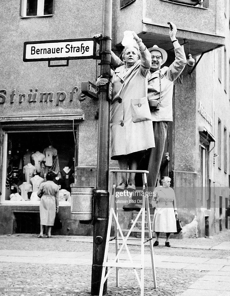 Germany / GER, Berlin. The building of the wall. West-Berlin citizens waving to East-Berlin. Bernauer Strasse, 1961 : Foto jornalística