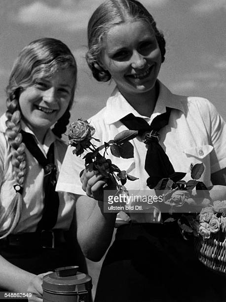 Germany German 'Rosentag ' A young girls of the BDM selling roses for the benefit of the aid organization 'Mutter und Kind ' Juni 1934 Photographer...