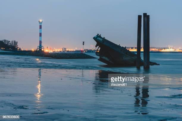 germany, hamburg, blankenese, light house and wreck uwe in the evening - エルベ川 ストックフォトと画像