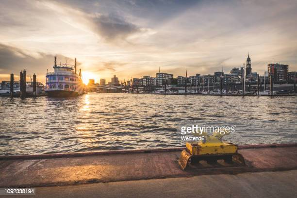 germany, hamburg, hafencity, sandtorhoeft, view to city sporthafen at sunrise - amburgo foto e immagini stock