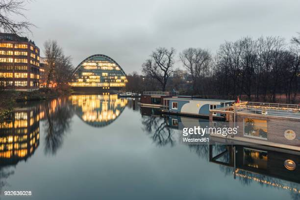germany, hamburg, hochwasserbassin with house boats, berliner bogen in the background - houseboat stock pictures, royalty-free photos & images
