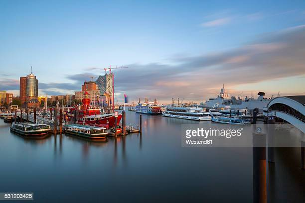 Germany, Hamburg, Niederhafen, in the background the Kehrwiederspitze in the evening light