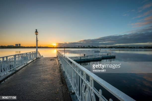 germany, hamburg, outer alster lake, mooring area rabenstrasse at sunrise - fließendes gewässer stock-fotos und bilder