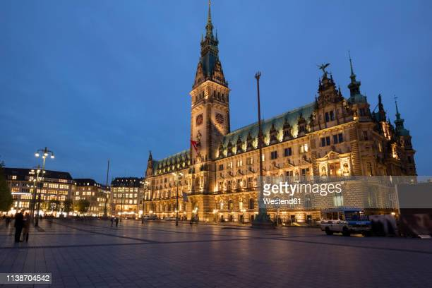 germany, hamburg, view to lighted hamburg city hall - rathaus stock-fotos und bilder