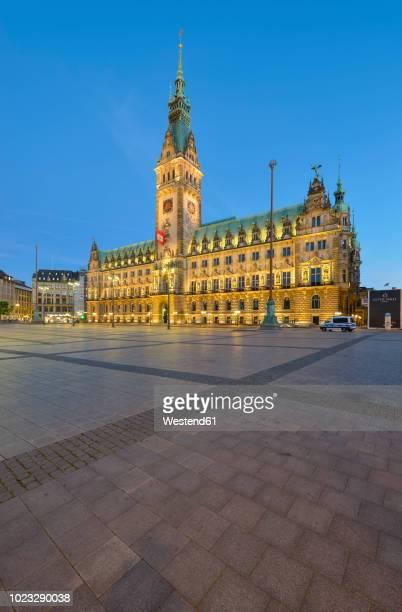 germany, hamburg, view to town hall in the evening - rathaus stock-fotos und bilder