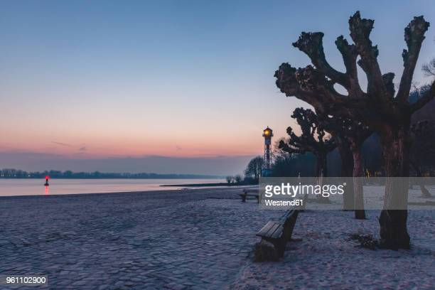 germany, hamburg, wittenbergen, elbe beach with lighthouse in the evening light - エルベ川 ストックフォトと画像