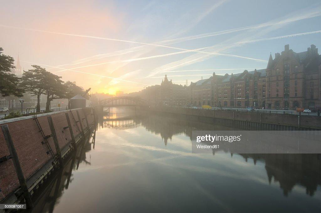 Germany, Hamburg, Zollkanal in the Speicherstadt at sunrise : Stock-Foto