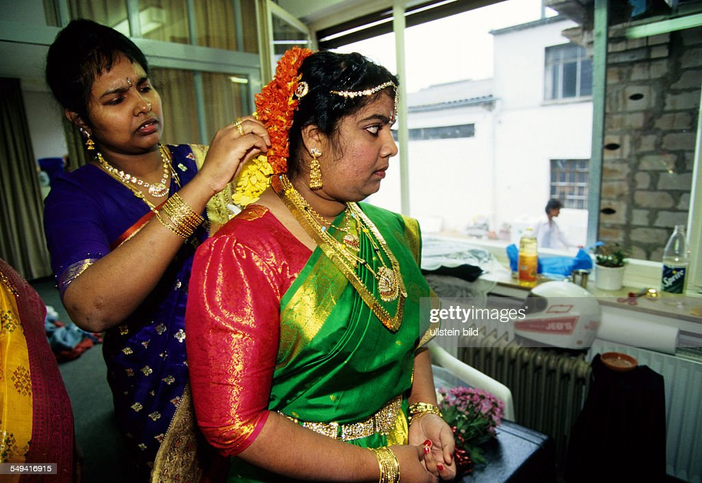 Hindu-Tamils in Germany.- Before the wedding ceremony the bride is dressed up once more, Sri Sithivinayagar Temple.