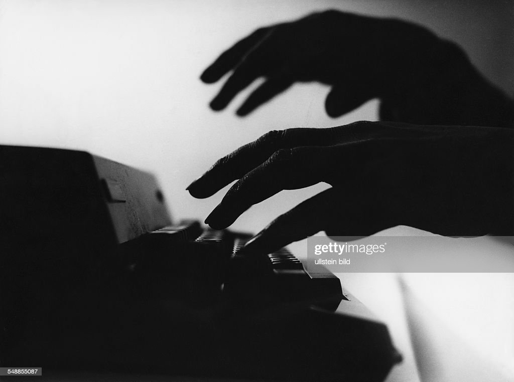 Germany - hands writing with a typewriter : News Photo