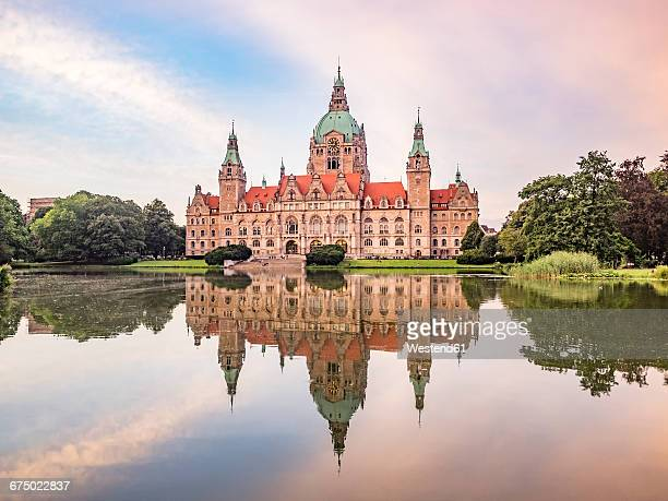 germany, hannover, new town hall with maschteich - marienplatz stock pictures, royalty-free photos & images