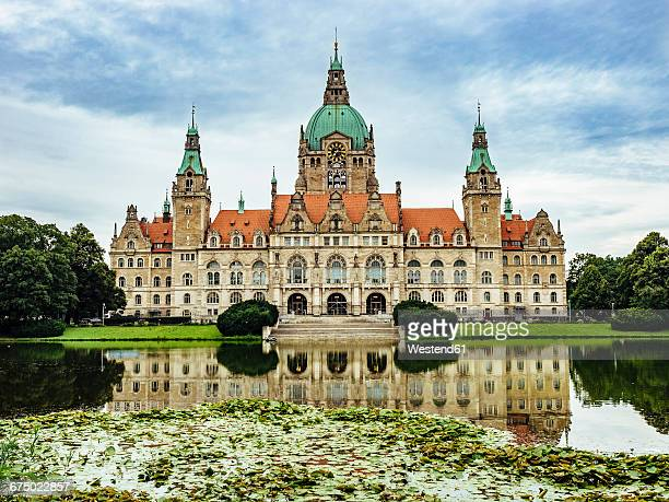 germany, hanover, new town hall with maschteich - marienplatz stock pictures, royalty-free photos & images