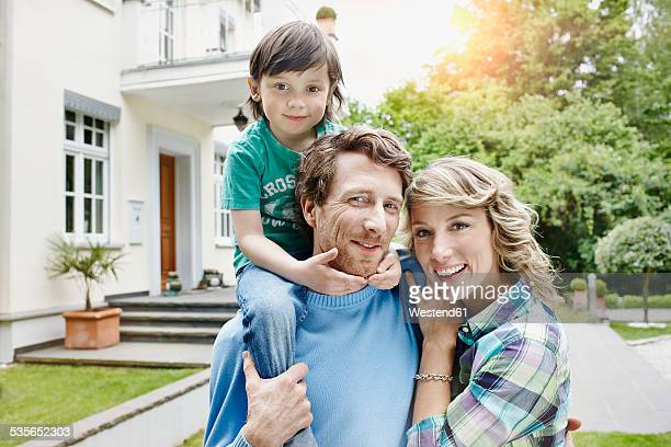 Germany, Heese, Frankfurt, Young family in front of villa