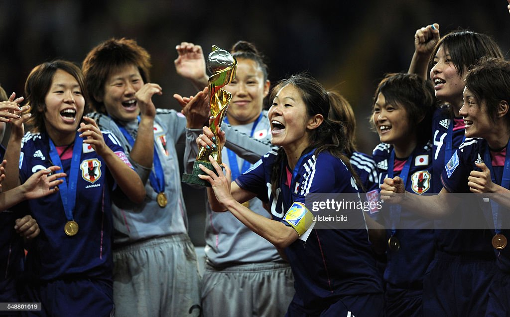 Germany Hesse Frankfurt am Main - FIFA Women's World Cup Germany 2011, final, Japan v USA 5:3 after penalty shootout - Japan's team captain Homare Sawa (centre) celebrating with her team-mates after t : ニュース写真