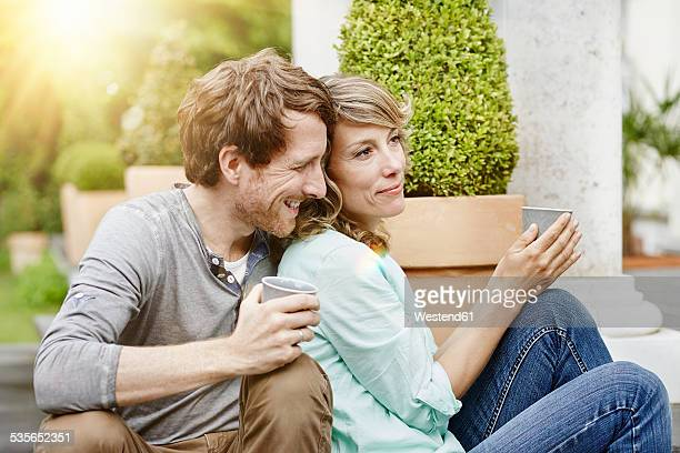 Germany, Hesse, Frankfurt, Couple in garden drinking tea