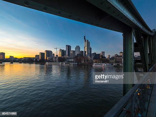 germany, hesse, frankfurt, financial district, eiserner steg bridge in the evening - flussufer stock-fotos und bilder