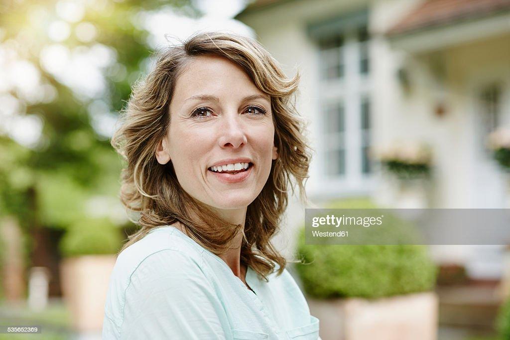 Germany, Hesse, Frankfurt, Portrait of a woman in the garden : Stock-Foto