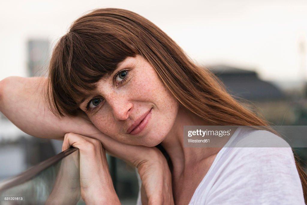 Germany, Hesse, Frankfurt, portrait of smiling woman : Stock-Foto