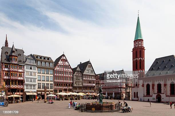 germany, hesse, frankfurt, roemerberg, view of lady justice statue with timberframe houses at city square - francoforte sul meno foto e immagini stock
