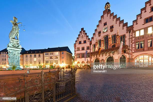 Germany, Hesse, Frankfurt, view to lightened Roemerberg with Fountain of Justice