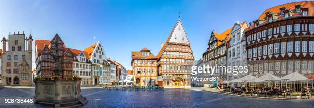 germany, hildesheim, market place with roland fountain and butchers' guild hall - marktplatz stock-fotos und bilder