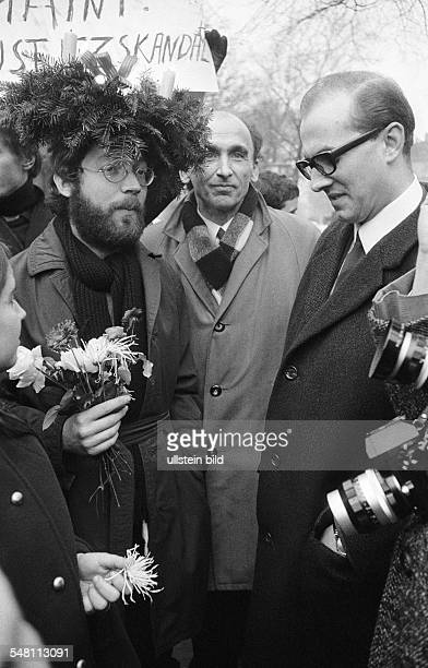Germany in the late 60ies Acquittal for student and communard Fritz Teufel by a criminal court in Berlin - Moabit. Photo: Teufel and his lawyer Horst...