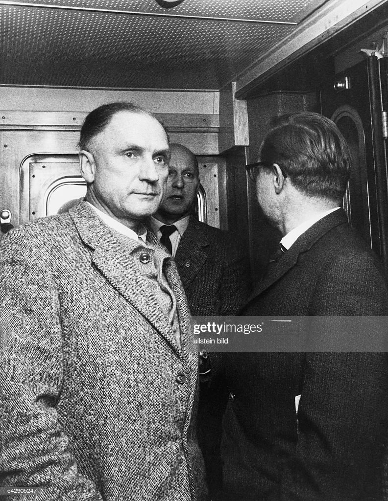 Germany. Karl Richard Baer, the last commander of the Auschwitz concentration camp. With a journalist of the BILD newspaper and a policeman in a train on his way to his trial in Frankfurt, Main. 20.12.1960 : Nieuwsfoto's