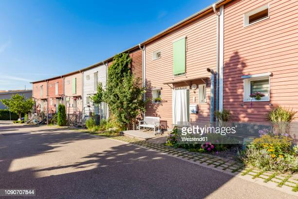 germany, karlsruhe, hpousing area with assive house standard one-family houses - karlsruhe stock-fotos und bilder