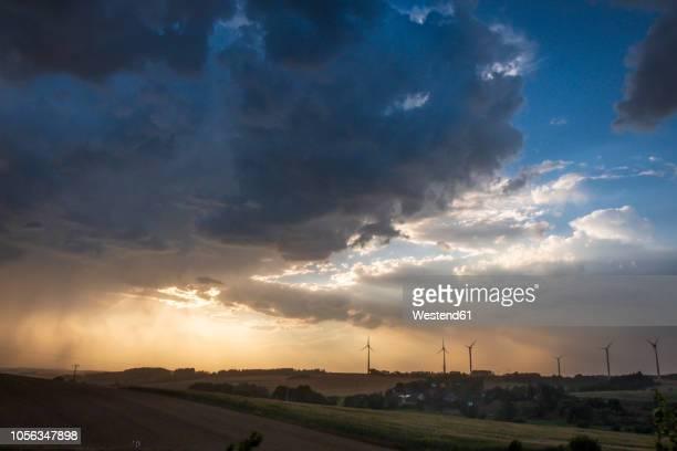 germany, lausitz, wind wheels and  thundercloud - dramatischer himmel stock-fotos und bilder