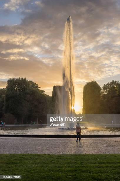germany, lower saxony, hanover, herrenhaeuser gaerten, fountain against the sun - hanover germany stock pictures, royalty-free photos & images