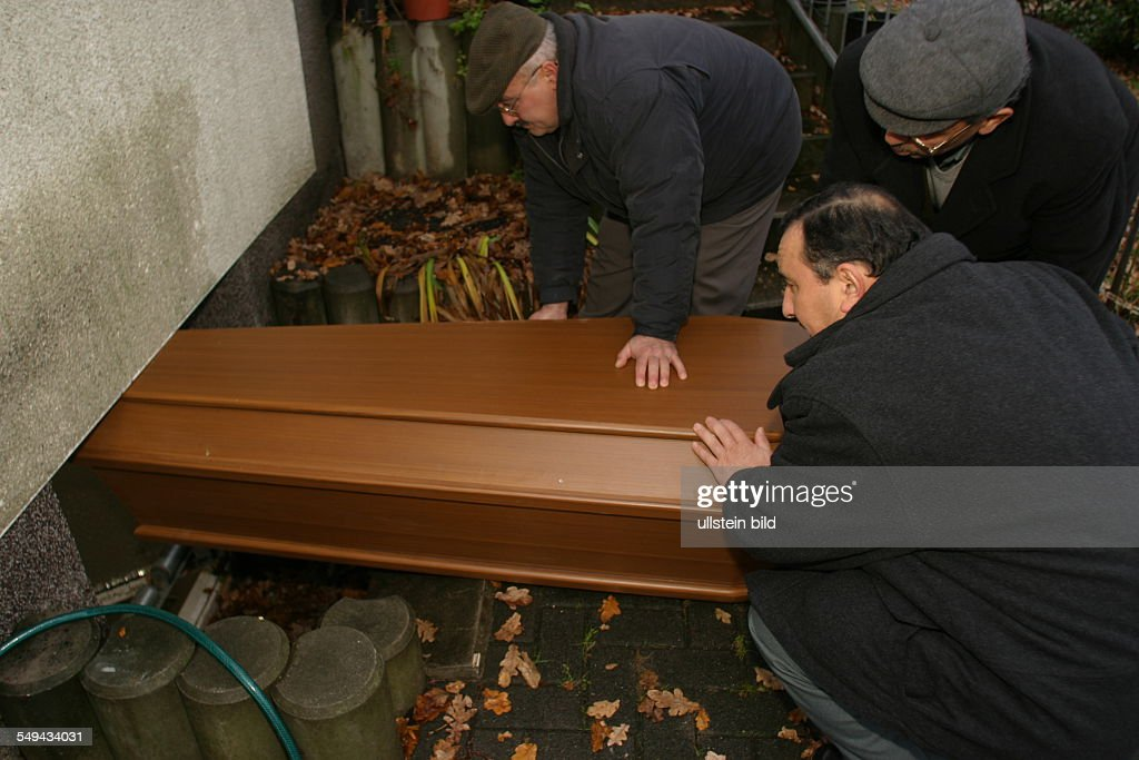 DEU, Germany, Marl, a deceased member of the turkish community is brought in the cleaning rooms of a mosque. Here the body will be cleaned before the body is flight into the Turkey : News Photo