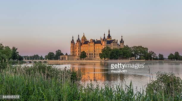 germany, mecklenburg-vorpommern, schwerin, schwerin castle at dusk - castle stock-fotos und bilder