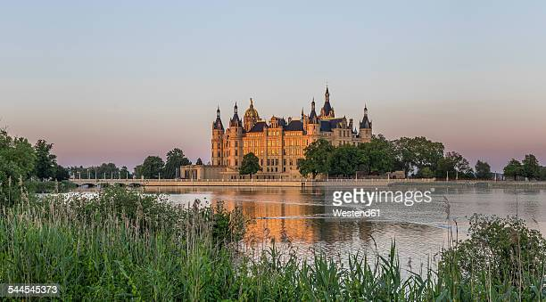 germany, mecklenburg-vorpommern, schwerin, schwerin castle at dusk - castle stock pictures, royalty-free photos & images