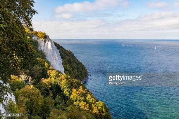 germany, mecklenburg-west pomerania, ruegen island, jasmund national park, chalk cliffs and baltic sea - kalkstein stock-fotos und bilder