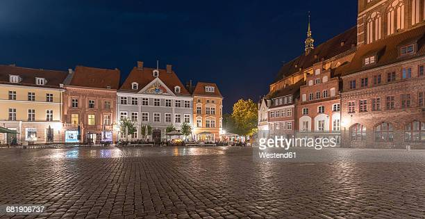 germany, mecklenburg-western pomerania, stralsund, old town, old market and st. nicholas' church in the evening - 市場広場 ストックフォトと画像