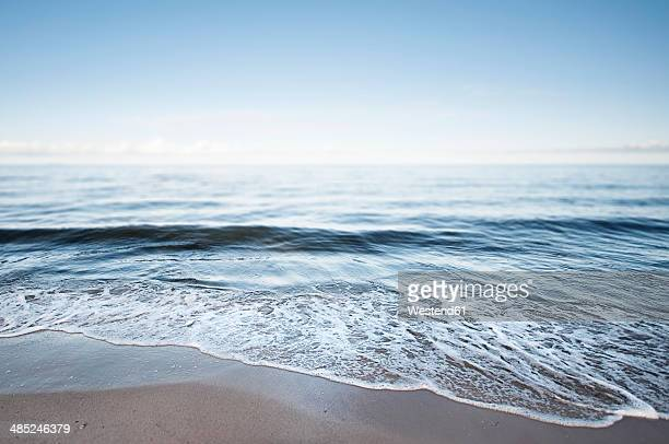 germany, mecklenburg-western pomerania, usedom, waves on the beach - riva dell'acqua foto e immagini stock