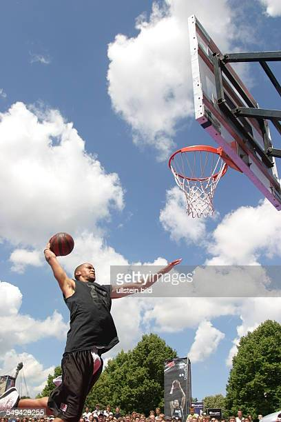 Germany, Munic: Opel-Challenge-Munic. - Look at a basketball player while he is throwing the ball at the basket.